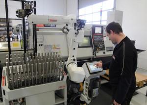 Ultra Tech robot ved maskin (lite)